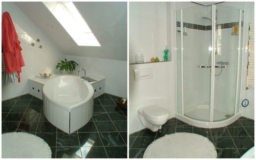 Großräumiges Bad mit Dusche und Badewanne